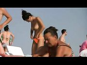 Topless donna con grandi tette in spiaggia