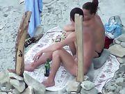 Il sesso orale in spiaggia è filmato voyeur