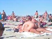 Porno in spiaggia con una coppia di amatori