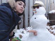 La ragazza fa sesso con un pupazzo di neve all'aperto