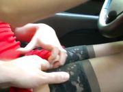 La donna indossa calze sexy in macchina