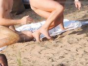 I nudisti voyeur sono girati in spiaggia