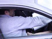 Una moglie viene sorpresa a barare facendo un pompino a un amante in macchina